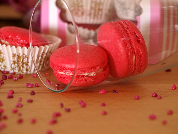 Pinke Macarons mit weißer Schokoladenfüllung
